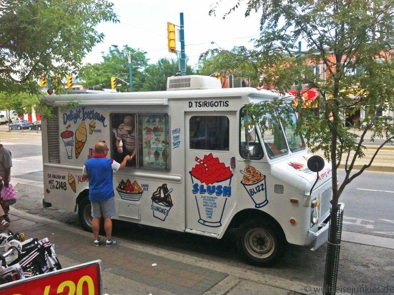 Eis, Hotdogs und Burger gibt´s auf den Straßen aus solchen Wägen.